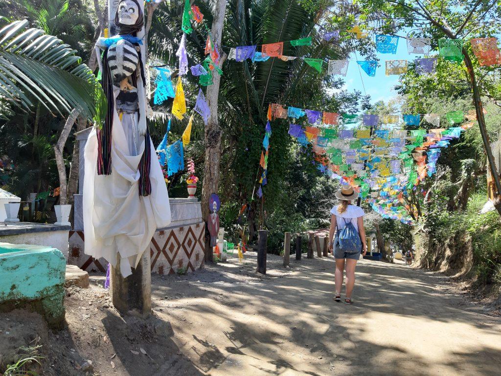 Maria w Sayulita Meksyk na kolorowym cmentarzu