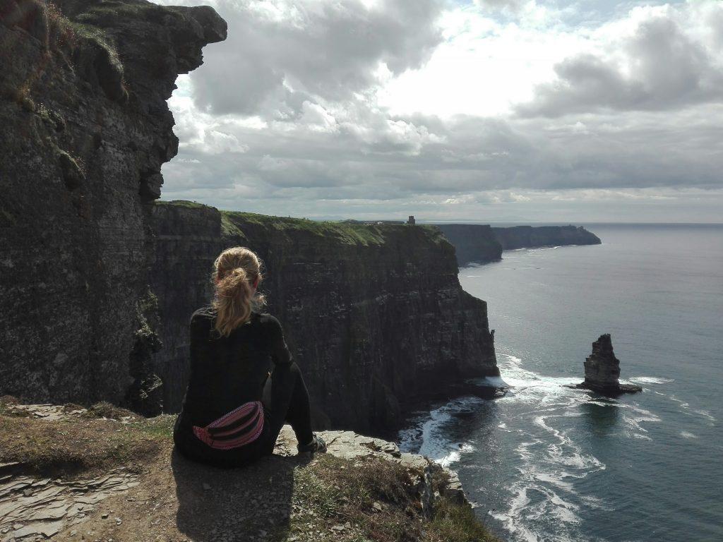 Maria na Cliffs of Moher Irlandia